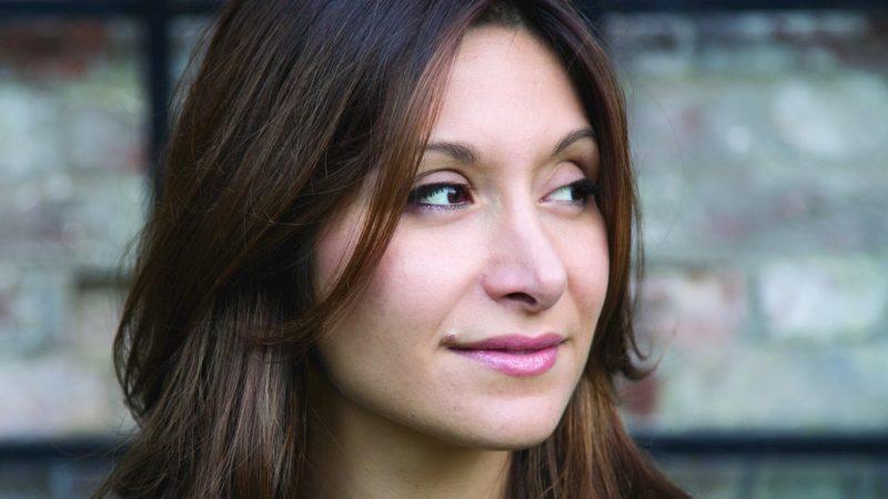 دینا نیری، نویسندۀ آمریکائی ایرانی تبار جایزه انجمن ناشران آلمان را دریافت میکند