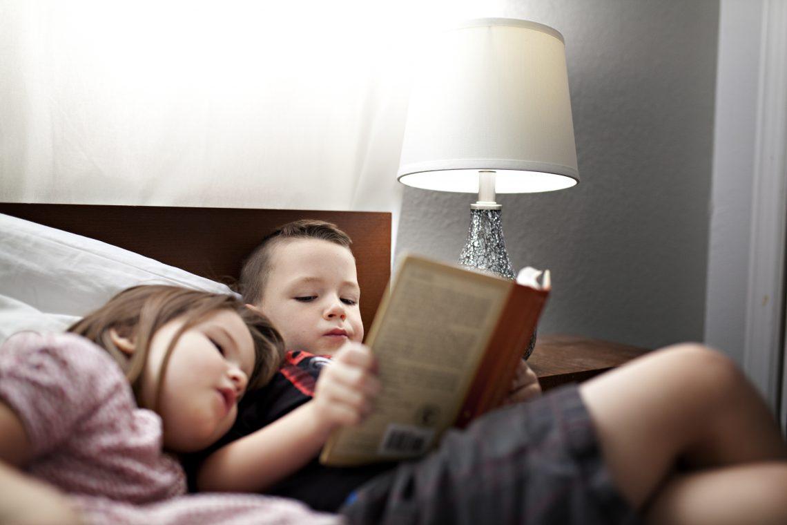 خواندن کتابهای تکراری برای کودکان مضر است یا مفید؟